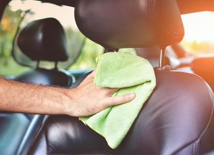 Autobekleding reinigen thumb