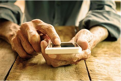 ouderen senioren smartphone mobiel handen